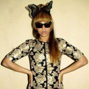 Gaya Unik Beyonce Memakai Cat Eye Sunglasses