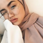 Kacamata Hijab Masa Kini Simple dan Fashionable