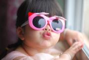 Kacamata Hitam Anak Kecil yang Jadi Tren Musim Ini